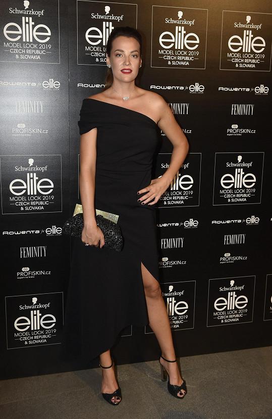 Kateřina Sokolová v klasických černých šatech Oscara de la Renta dala vyniknout diamantovým šperkům Bucheron.