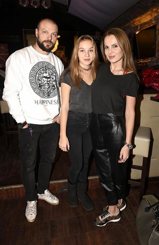 S maminkou Kateřinou a tátou Tomášem, kteří ji v hudební kariéře podporují.