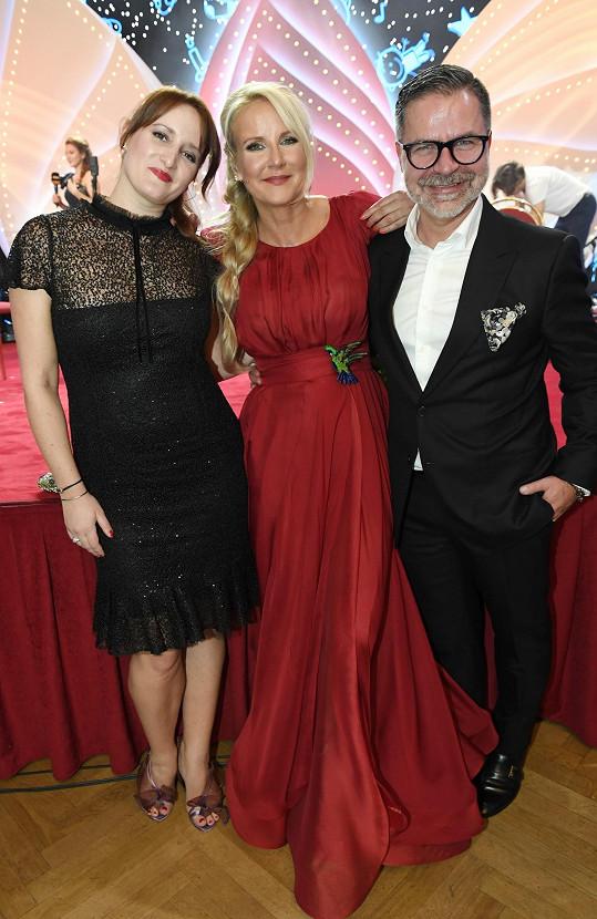 S návrhářkou a stylistou Martinem Gruntorádem, jenž jí s výběrem outfitů pomáhal.