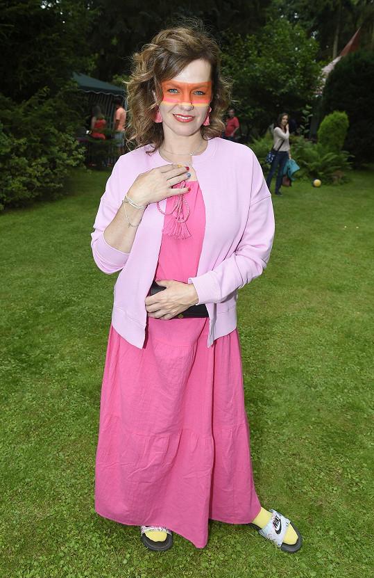 Marta na zahradní party svého otce Petra Jandy