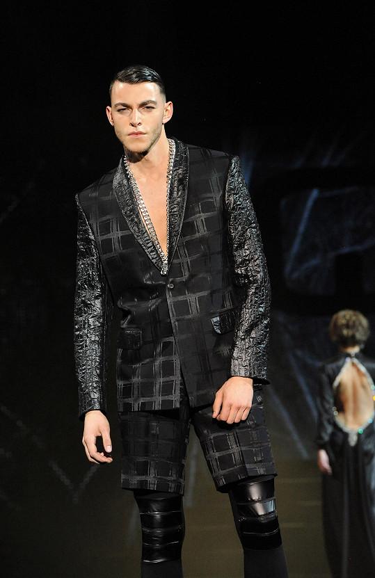 U obleku zkrátil návrhář nohavice.