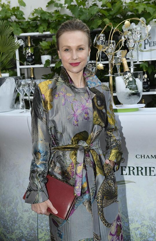 Herečka se ráda oblékne do extravagantních a barevných modelů.