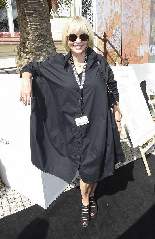 Na sklenku šampaňského pro nadaci Pink Bubble vynesla nové over size šaty.