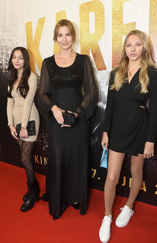 Ivana Gottová s dcerami Charlotte a Nelly (vpravo) na premiéře snímku Karel.