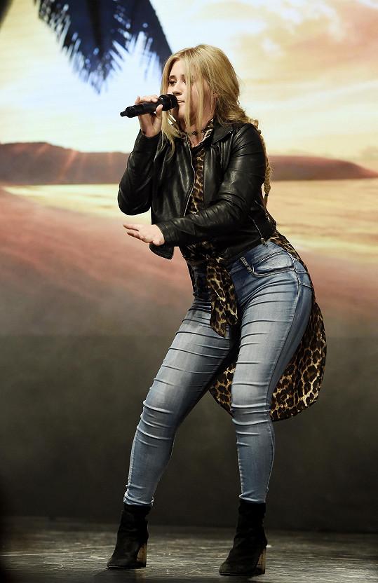 Elis na pódiu zpívala jako doprovod módní show.
