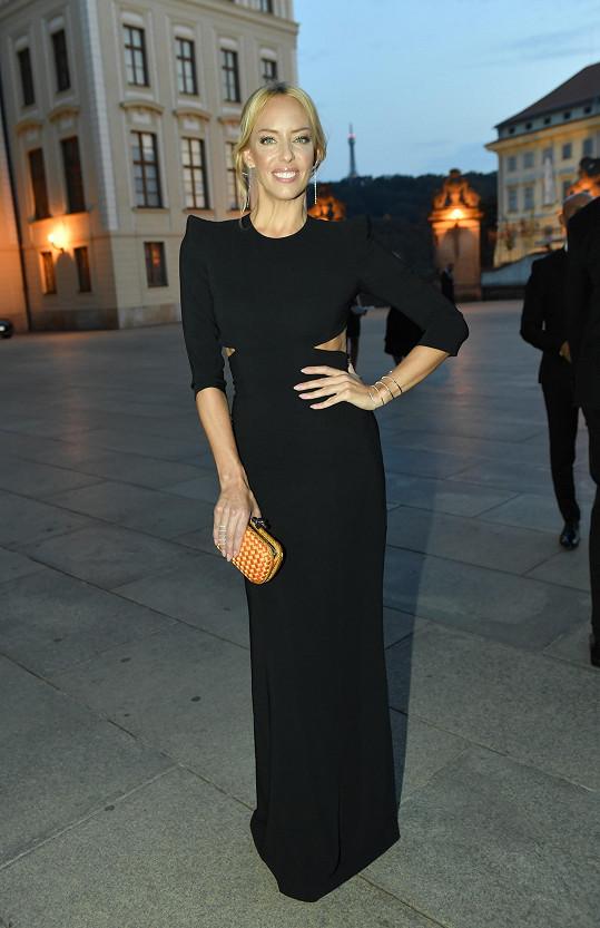Pár hodin před akcí si Kateřina Mátlová pořídila tyto šaty s prostřihy Alexander McQueen. Černý monolit zpěvačka rozsvítila netradičně barevným psaníčkem Knot od Bottega Veneta a diamantovými šperky Gismondi.