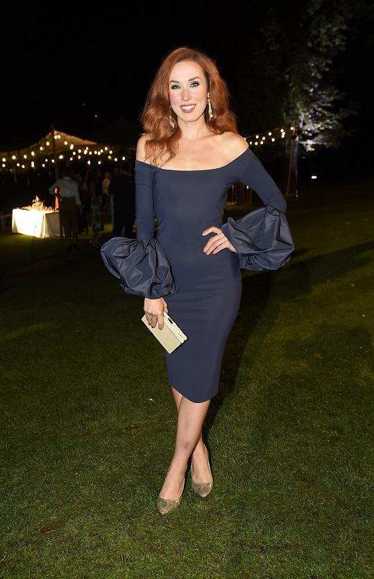 Šaty si Lenka Vacvalová tentokrát nenavrhovala sama. Tento model značky Chiara Boni z Fashion Church s nabíranými rukávy skvěle kopíruje její vysportovanou figuru.