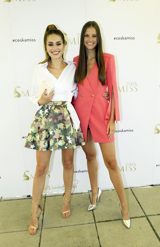 s úřadující Miss Global 2019 Karolínou Kokešovou jsou blízké kamarádky.
