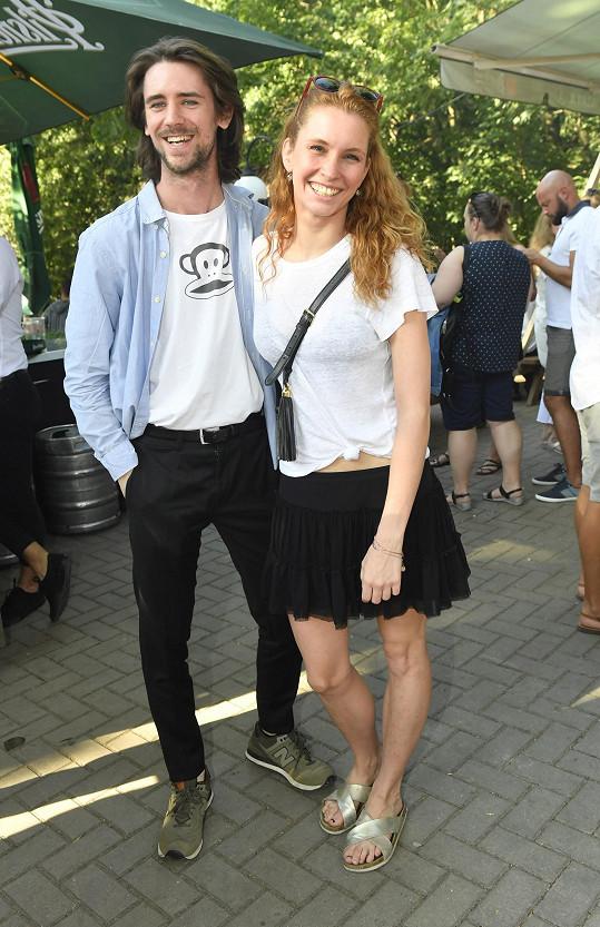 Denisa Nesvačilová na párty zastupovala film Přes prsty, společnost jí dělal herec Jan Komínek.