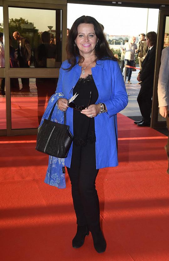 Adriena Sobotová rozsvítila černý model zářivě modrým sáčkem.