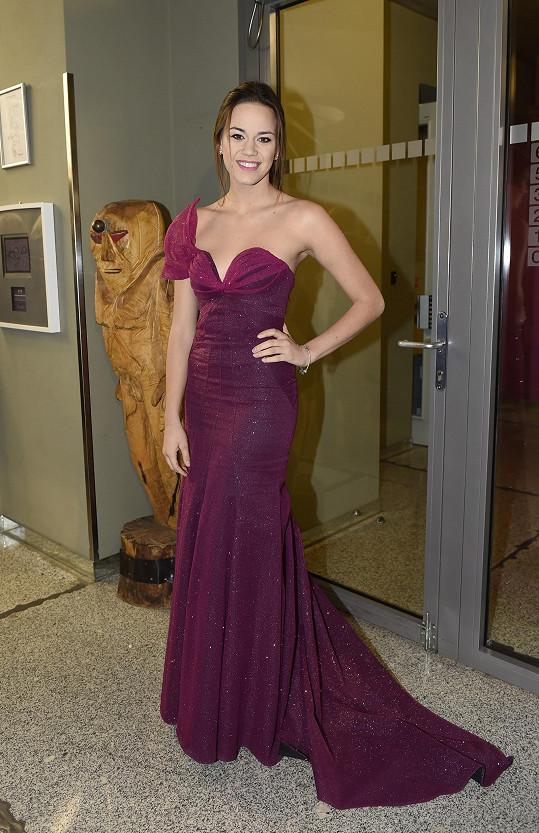 Protože premiéru nehrála, mohla se nastrojit do krásných šatů od Kamily Vodochodské.
