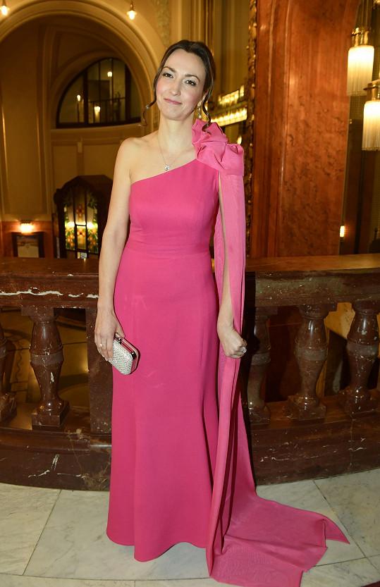 Partnerka Felixe Slováčka, výtvarnice Lucie Gelemová, oblékla model návrhářky Gianni di Leo.