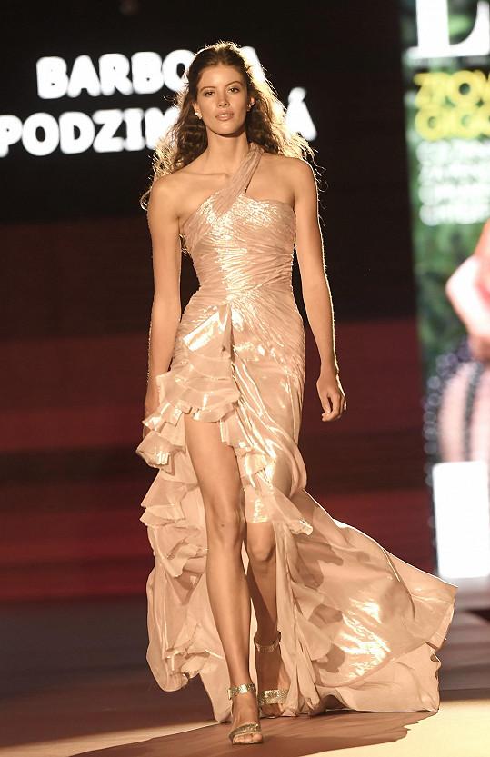 Na přehlídku oblékla model z francouzského módního domu Balmain.