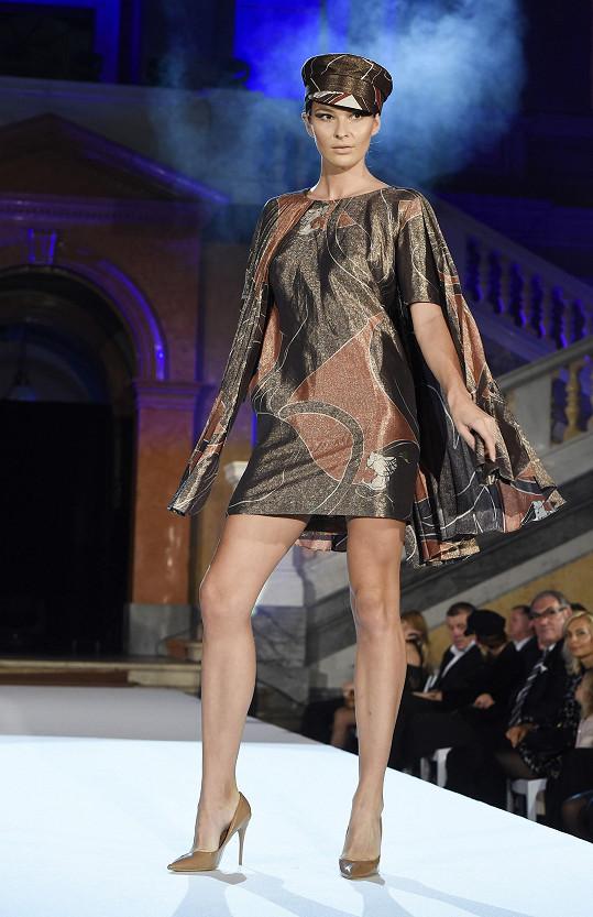 Podobný model jako Táňa oblékla i Nikol Švantnerová.