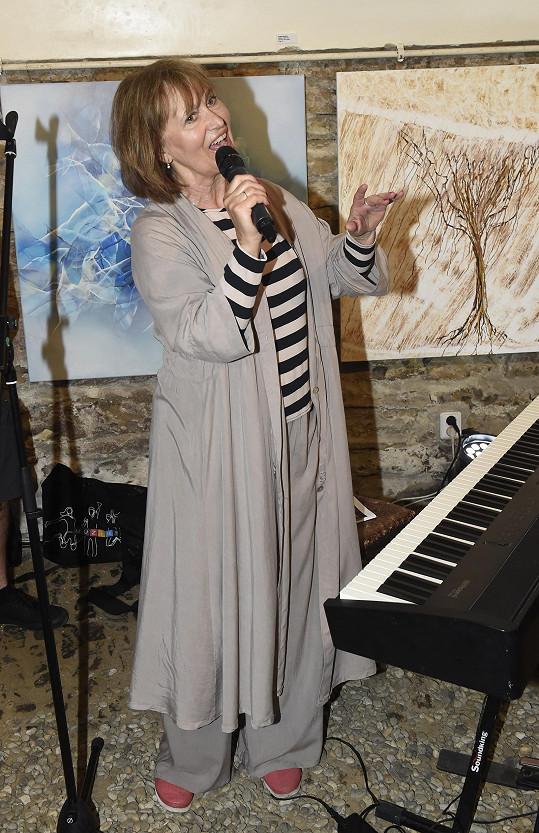 V galerii na vernisáži také zazpívala.