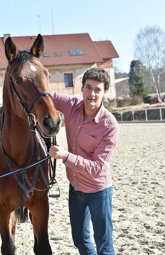 Ke koni přistupoval opatrně.