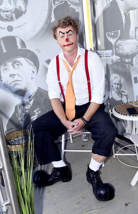 Petr Batěk ztvárňuje jednoho ze synů principála cirkusu.