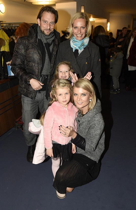 Rodinný muzikál Kocour v botách si nenechala ujít ani Iveta Vítová a její dcera Anetka.