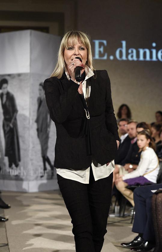Herečka zazpívala na mole několik svých písní.