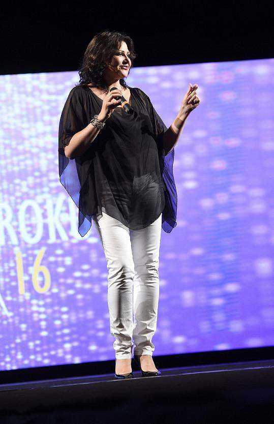 Ilona zpívala na závěr večera píseň Ondřeje Gregora.
