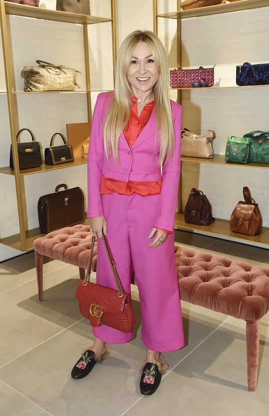 Na otevření obchodu s luxusním italským zbožím oblékla Kaira kalhotový kostým od Katky Geislerové v barvě magenta.