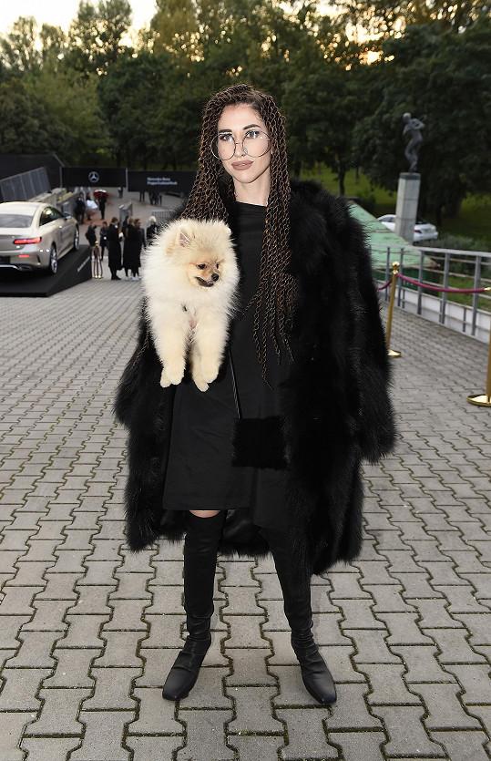 Kombinaci černé s černou vytvořila blogerka Ina T pomocí šatů a kožichu od Liběny Rochové, ke kterým zvolila vysoké letní kozačky Rick Owens.