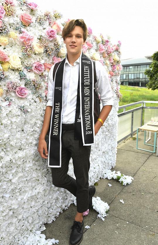 Předváděl na módní show, kde ukázal i šerpu pro vítěze.