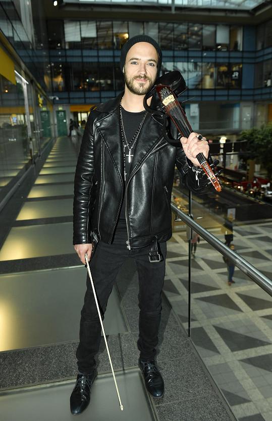 Michael trénuje na housle několik hodin denně.