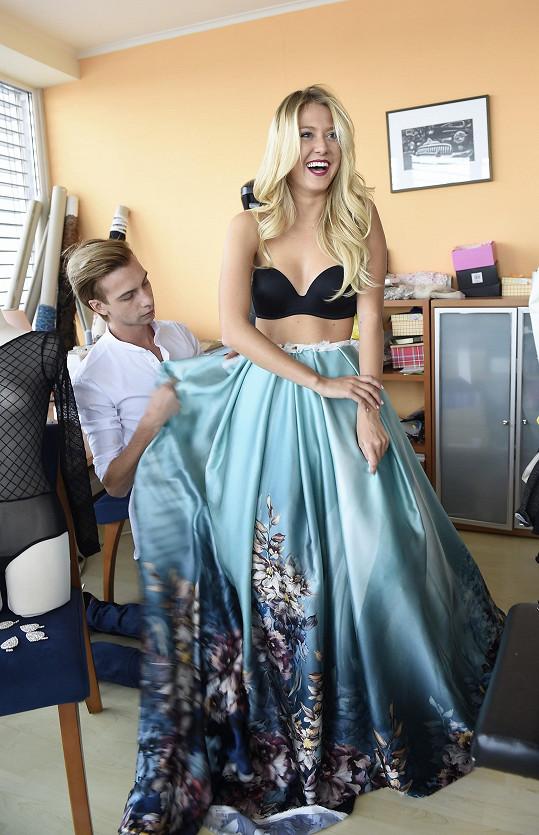Natálii šije šaty návrhář Jakub Poner.