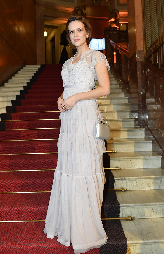 Andrea Růžičková asi chtěla připomínat vílu v šatech z půjčovny.