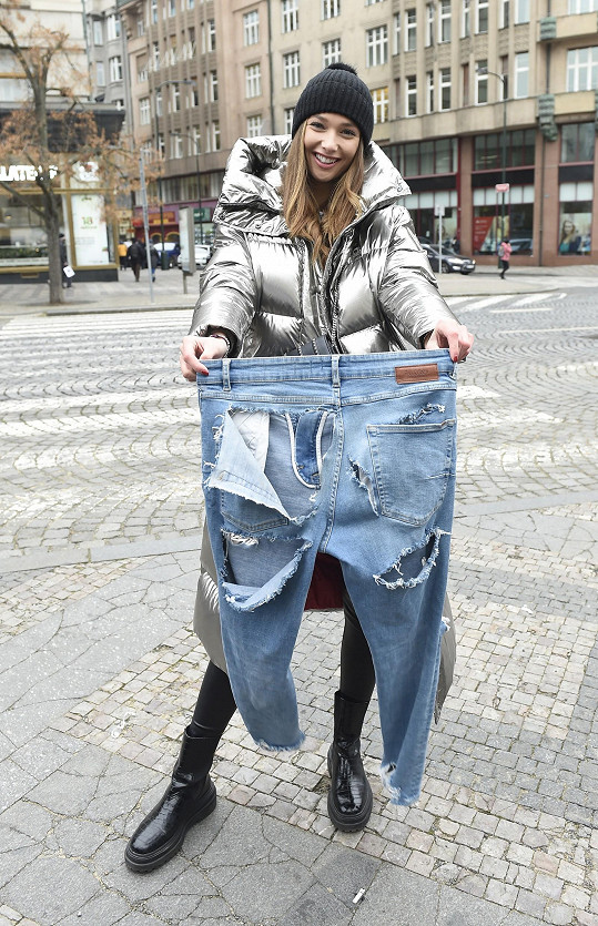 Lea Šteflíčková prý díry v džínách, v nichž se fotila na přebal desky kapely Olympic, vystříhala sama.