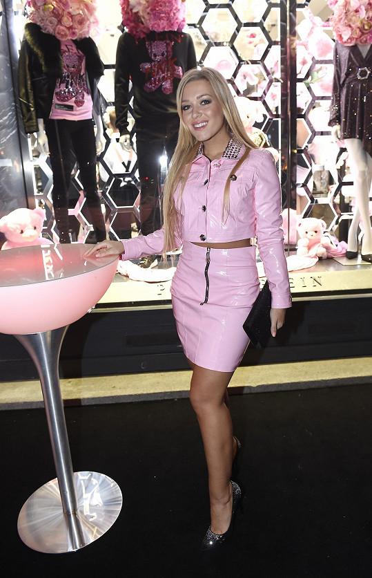 V latexovém oblečku, jak jinak než v růžové barvě, byla Dominice trošku zima.
