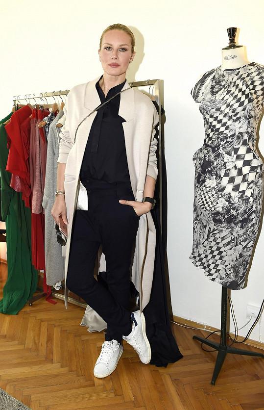 Modelka v novém kabátu z dílny návrhářky