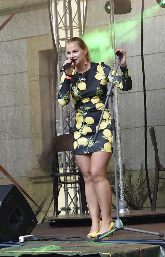 Dámy zastupovala také mladá zpěvačka Kamila Hübsch.