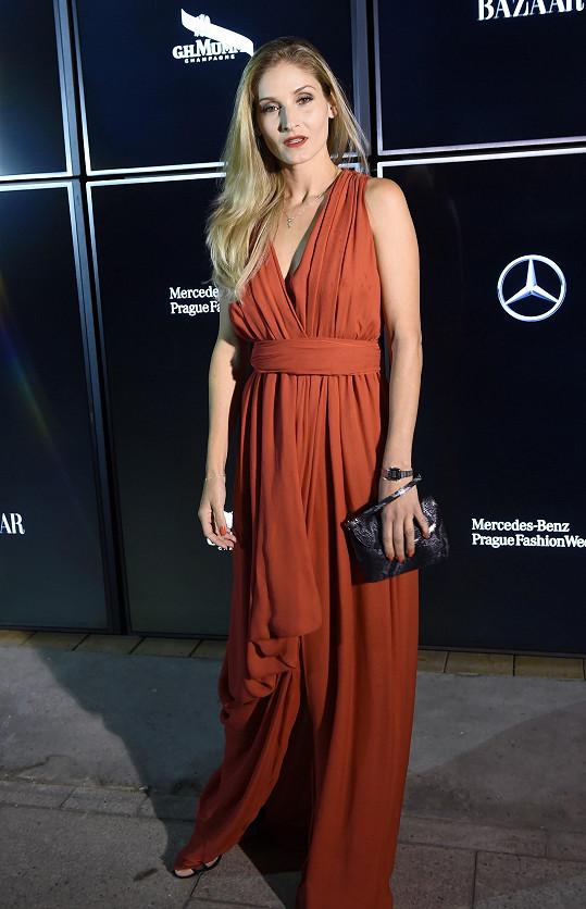 Modelka Lucie Petrišková vsadila na elegantní klasiku, když oblékla tyto vzdušné šaty Yves Saint Laurent v barvě mořského korálu.