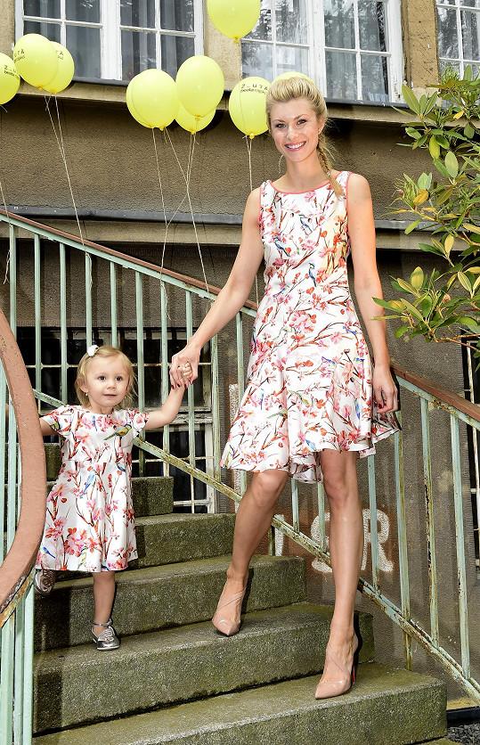 Aneta s dcerkou na módním molu