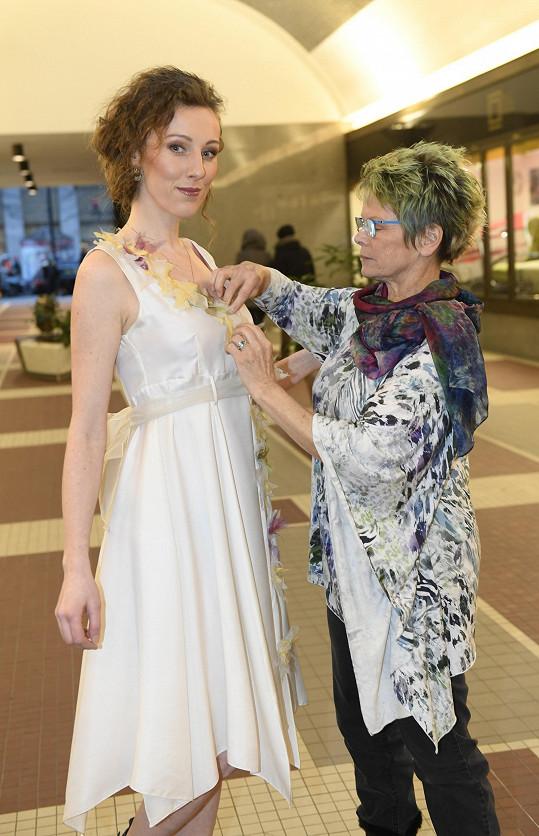 Nyní připravuje svatební šaty pro sopranistku Evu Kývalovou.