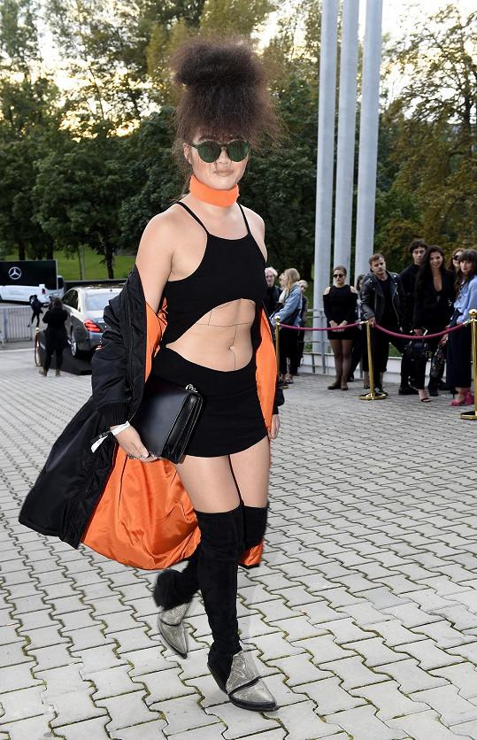 Návrhářka Eva Che bavila ve vlastnoručně upravených šatech od H&M, přes které přehodila varianci na leteckou bundu bomber od Alessandra Squarziho. Vše pak doladila kabelkou Gucci, obutím od H&M a brýlemi Urban Outfitters.