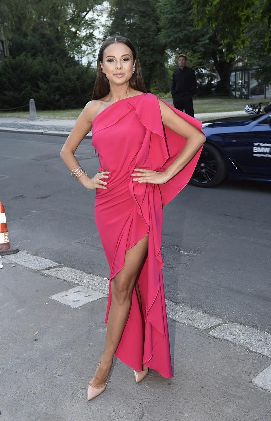 Monika měla s sebou ve Varech dvoje večerní šaty.