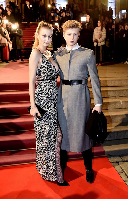 Adam s přítelkyní před Rudolfinem, kde se ceny předávaly.