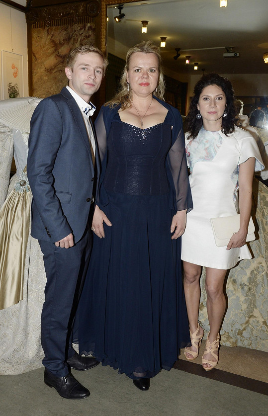 Theodora se svými hereckými kolegy Lukášem Příkazkým a Marthou Issovou