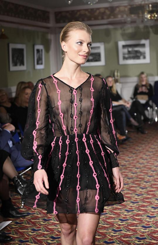 K těmto šatům prý Dominika zapomněla dát podšívku, takže modelka ukázala i bradavky.