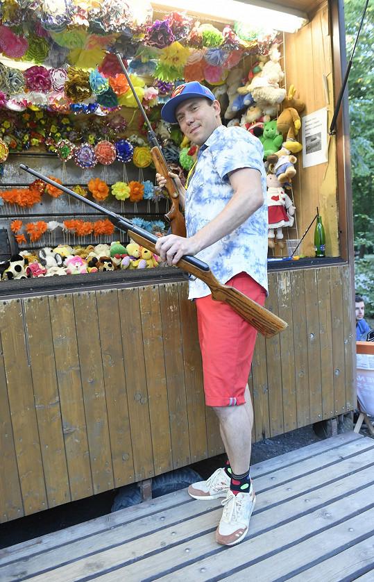 Láďa Hruška si v rámci doprovodného programu vyzkoušel svoji šikovnost na střelnici.