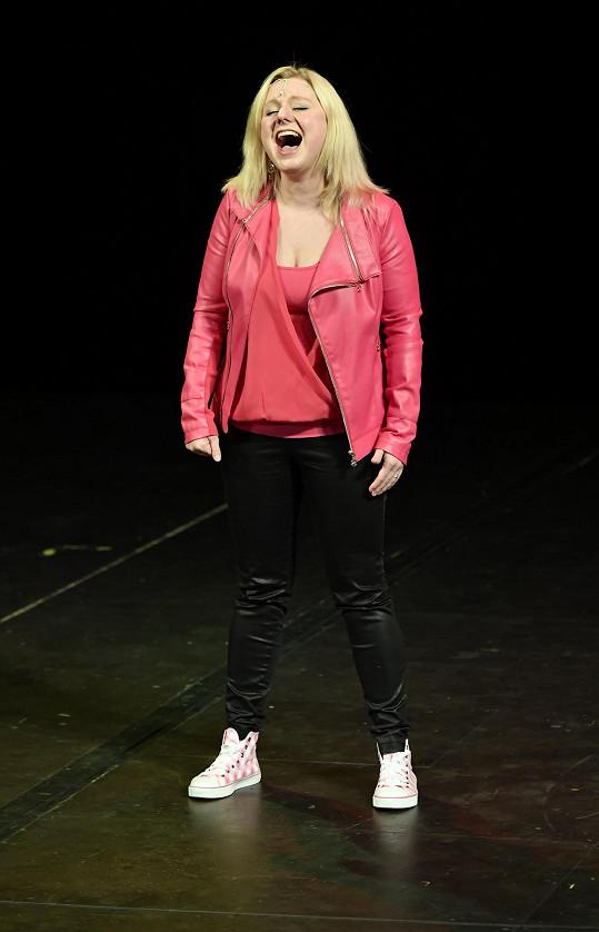 Předvedla písně rovnou dvou postav, profesorky a jedné z hlavních představitelek.