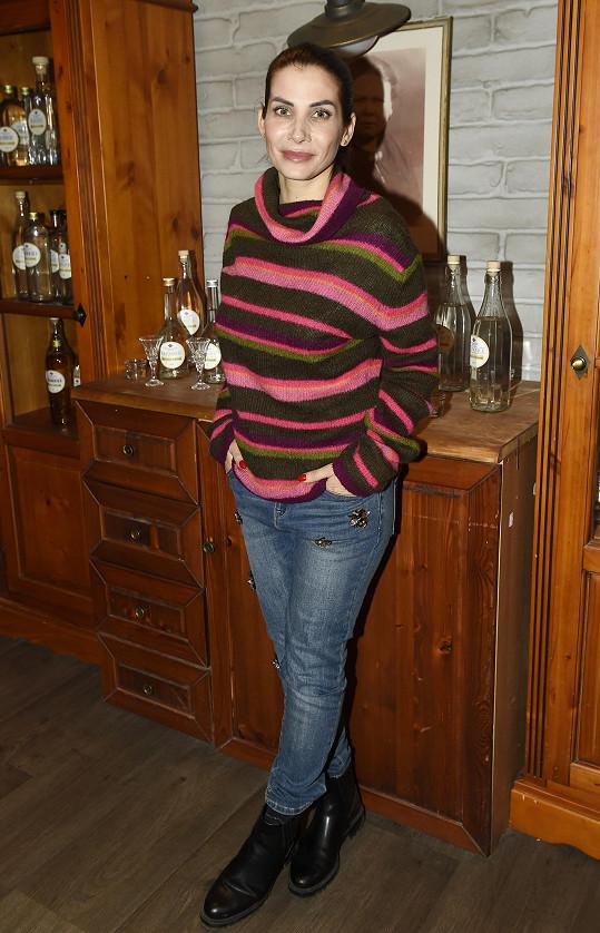 Eva Decastelo nemůže v zimě ukazovat postavu jinak než ve svetru. Mrzí ji to, protože krásně zhubla.