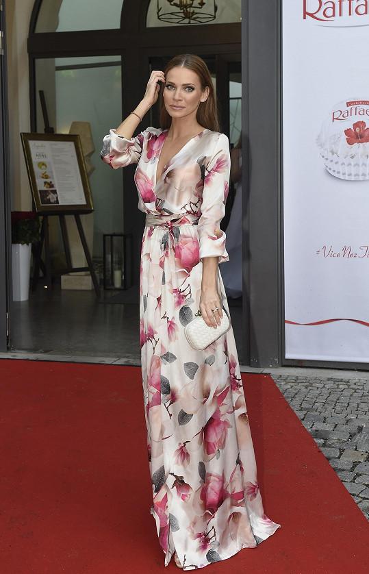 Takhle je oblékla Andrea v červnu na párty v Praze.