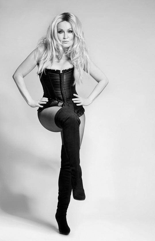 Stylizované fotky mají evokovat ikonu padesátých a šedesátých let Brigitte Bardot.
