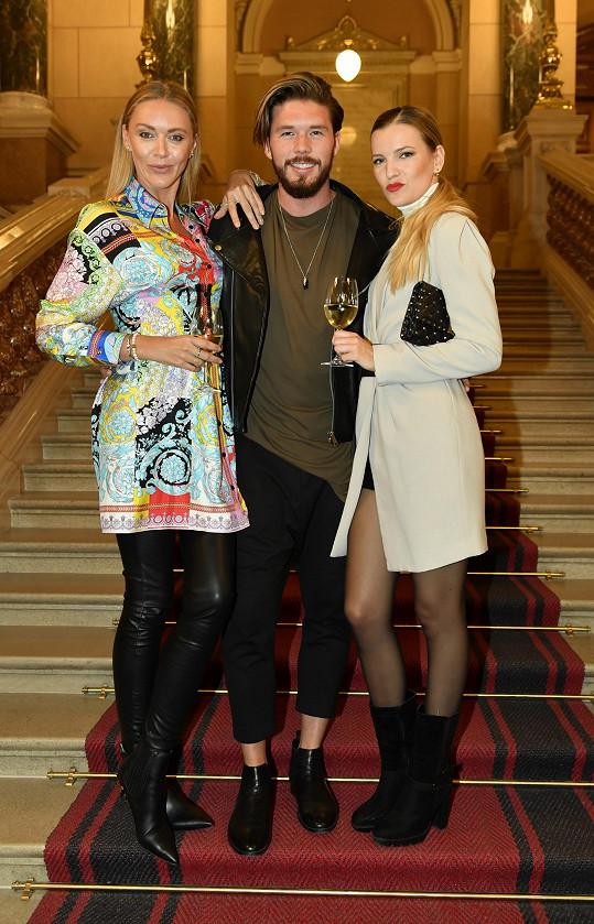 Ve trojici s modelkami Petrou Růžičkovou a Veronikou Chmelířovou potkáváme Muže roku 2017 zpěváka Matyáše Hložka hodně často.