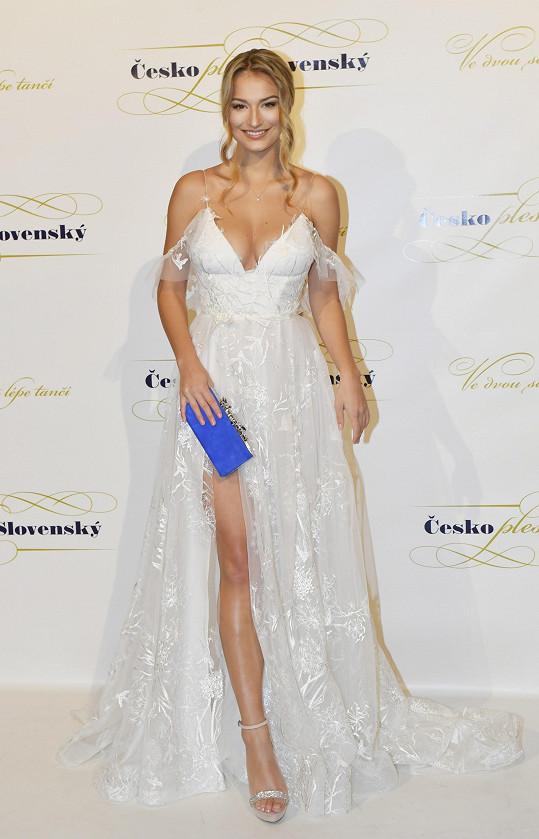 Kateřina Kasanová v bílém modelu od Sandy Markové.