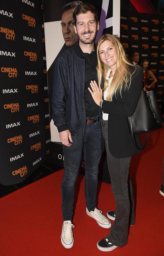 Outfit hodný běžné návštěvy kina zvolili Petr Říbal s manželkou Míšou Hávovou.
